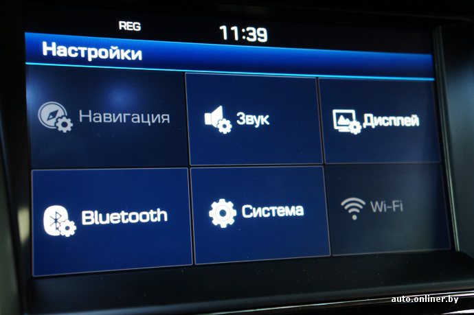 8-дюймовые сенсорный экран мультимедийной системы не бликует. Разрешение и продуманность меню лучше чем у Range Rover Evoque. Единственный нюанс — навигационная система. Двигать карту пальцем не так удобно как в смартфонах