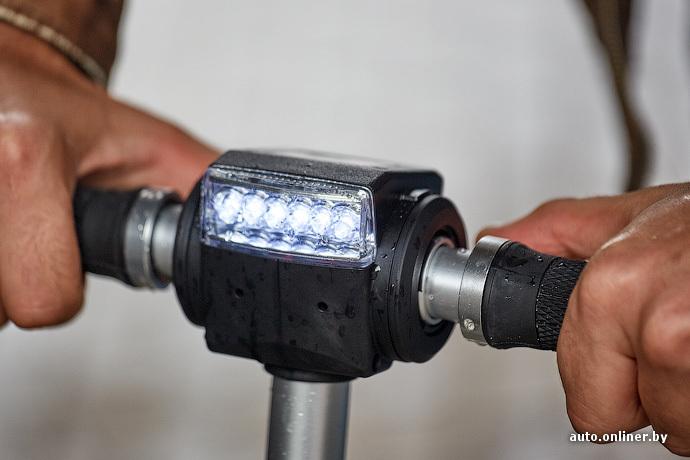 Фара состоит из шести светодиодов. Ночью они неплохо освещают пространство перед самокатом