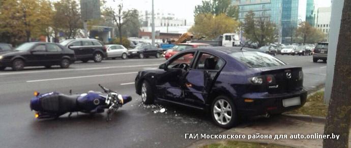 Минск: девушка на Mazda заезжала на парковку — в нее врезался мотоциклист