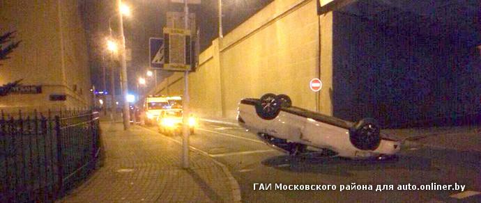 Пьяный парень на родительском Nissan поехал ночью к девушке и перевернулся. Машина метров 100 скользила на крыше