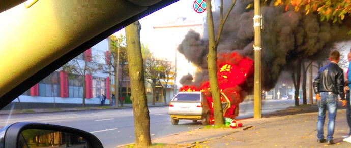 В Минске на ходу загорелся Volkswagen Golf из-за разрушения топливопровода