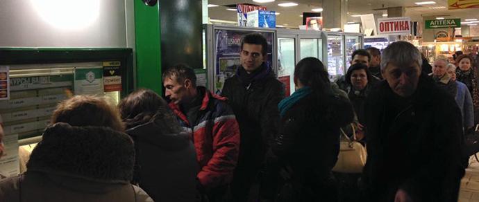 Пользователи соцсетей сфотографировали очереди в обменниках на выходных. Крупные банки: «Все прошло в штатном режиме»