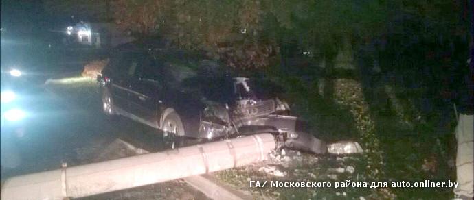 Ночью в Минске пьяный водитель Audi «уложил» столб на припаркованный Volkswagen Tiguan