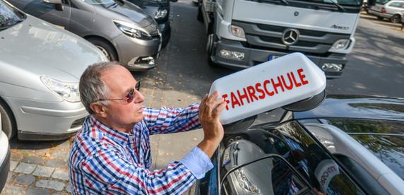 Владелец берлинской автошколы: учил Rammstein и членов правительства. Как на них ругаться матом?