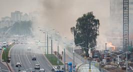 На проспекте Дзержинского открытым пламенем горела строительная бытовка, расположенная у «подножия» многоэтажки