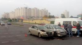 В Минске на перекрестке столкнулись Nissan и Audi. Женщину-водителя забрали в больницу