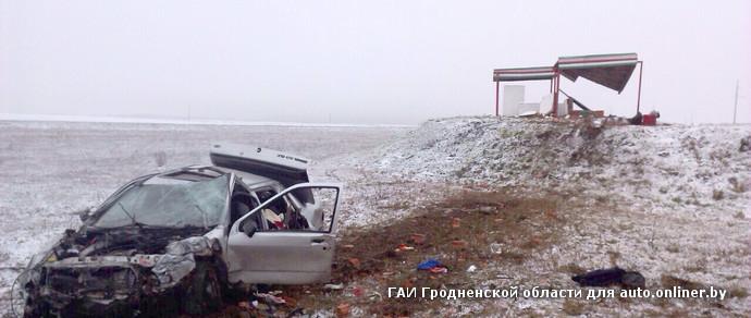 В Ошмянском районе Ford на летней резине вылетел с трассы прямо в автобусную остановку. Водитель погиб