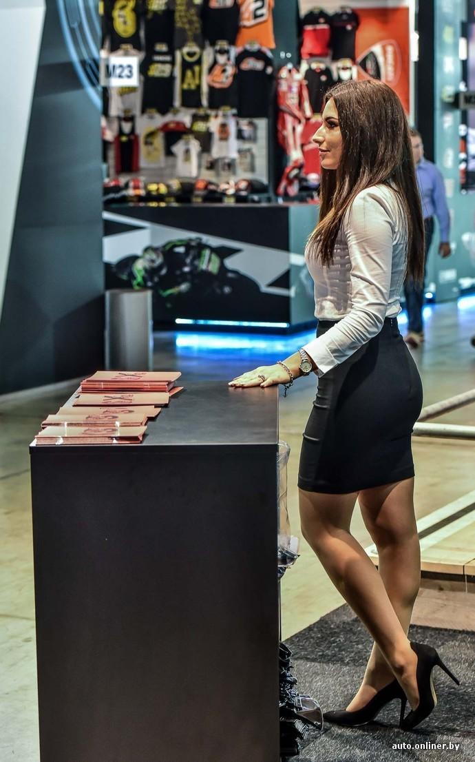 Девушка в джинсовых шортиках трясет попой 7 фотография