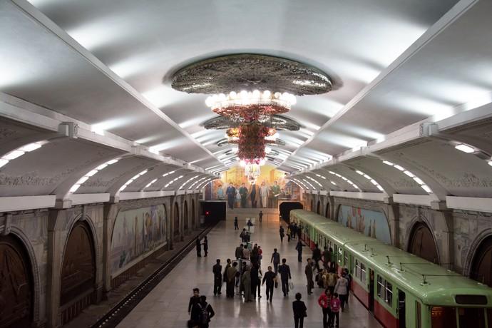 Что делают азиаты на станциях метро