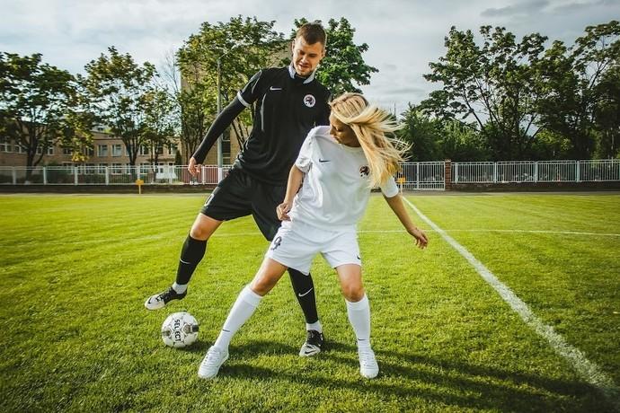 Спорт где девушка висит на парне фото 499-701