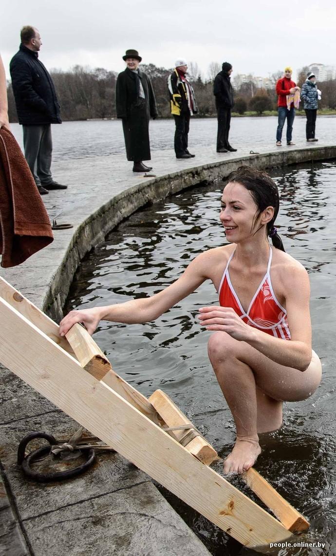 Залез в трусы женщине воде фото фото 504-648