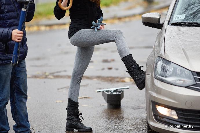 Приспускает обтягивающие штанишки — pic 7