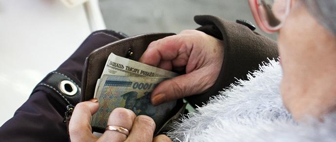 Читатель: «Банк потребовал от 80-летней бабушки приехать и написать заявление о том, что она не брала никаких кредитов»