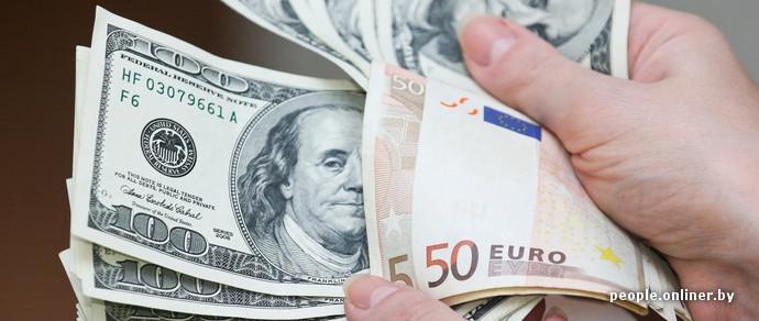 Свежие курсы: евро продолжает падать, доллар растет