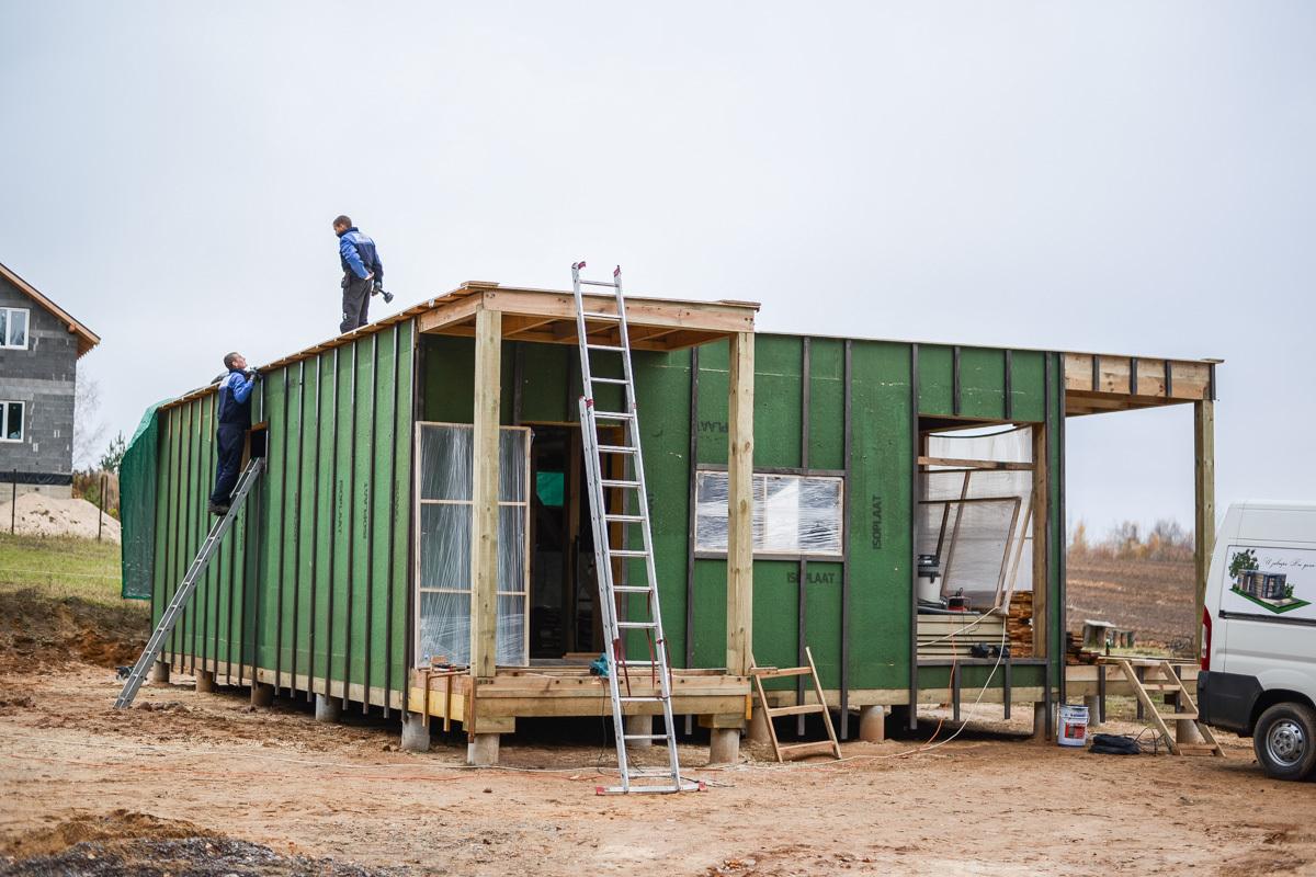 d082b55e4b44 ... на несколько помещений  тамбур, кладовая, небольшая кухня с обеденной  зоной у окна, гостиная, санузел, детская и спальня. Так выглядит планировка.