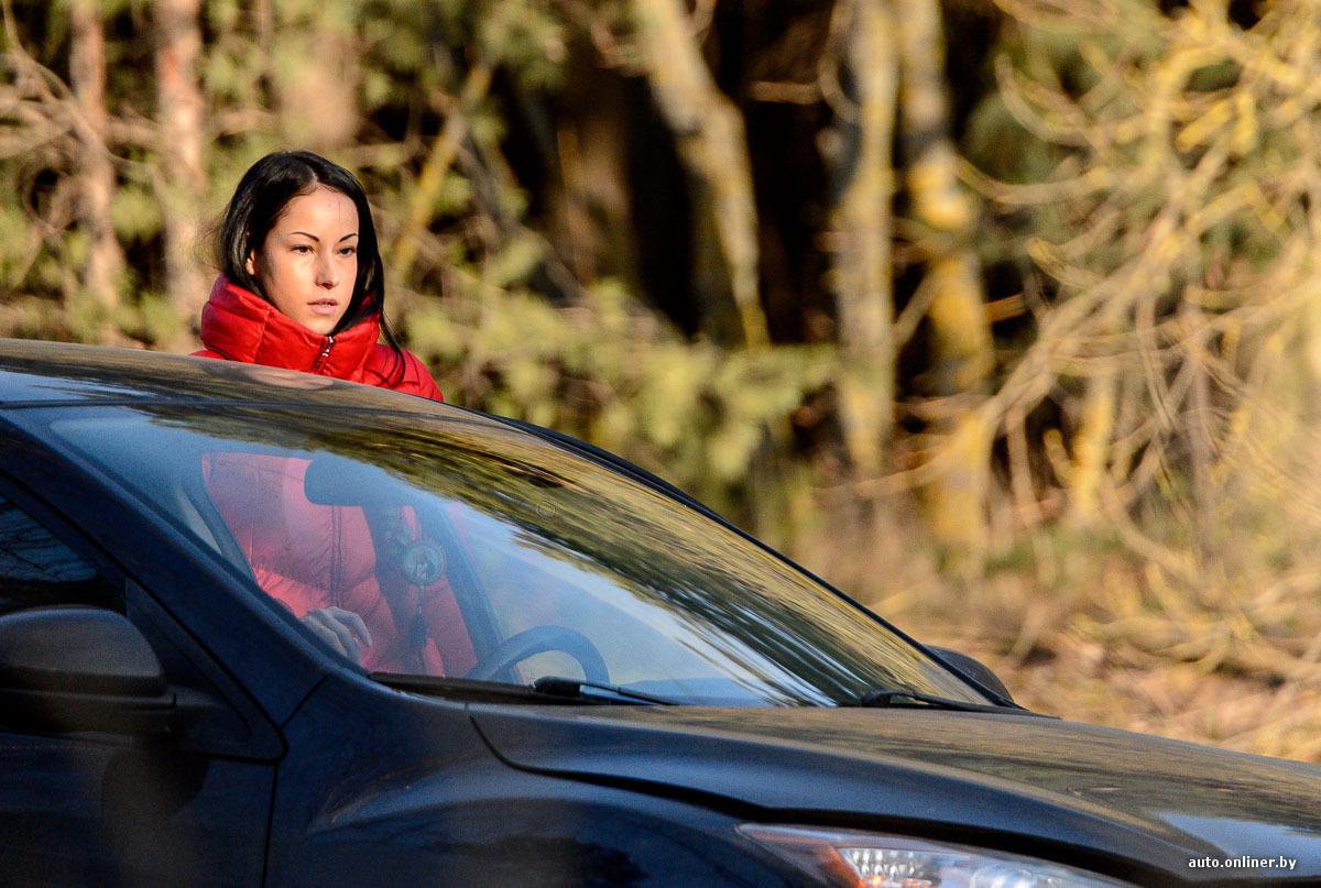 Двое парней и девушка на капоте авто фото 594-525