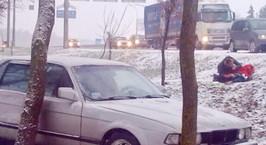 Первый снег: под машину попал мужчина, который вышел из своего Volkswagen. Его сбил водитель BMW, потерявший управление