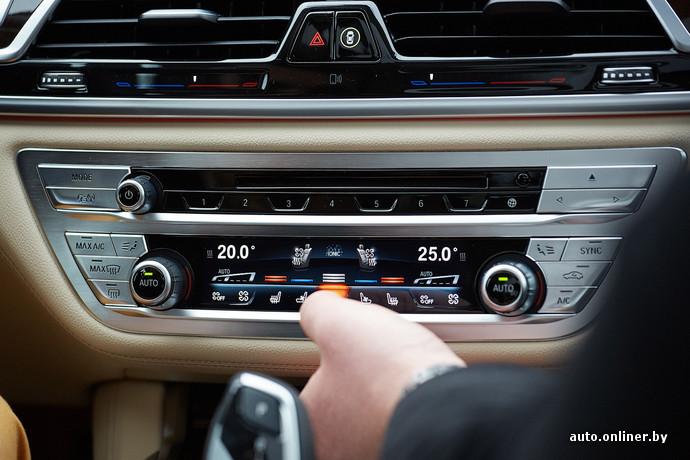Климат-контроль представляет собой узкий сенсорный экран и две шайбы для регулировки температуры. Все работает очень шустро