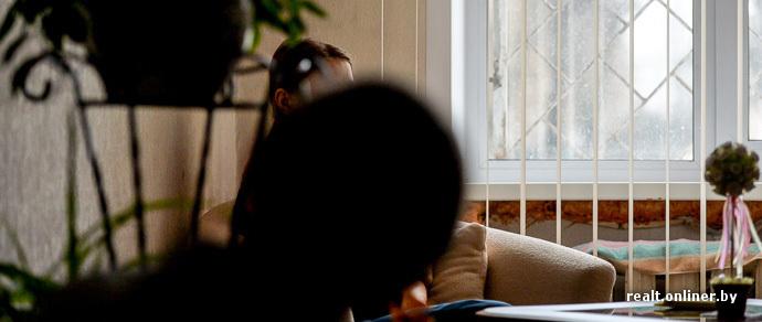 Парню пюсю красивых парней лежат на диване