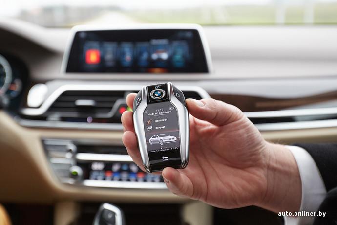 На ключ BMW 7-Series можно было бы сделать отдельный обзор в раздел «Технологии». Его, кстати, нужно постоянно заряжать. Разъем - как у андройдовских телефонов. Зарядка займет несколько минут и будет держать пару дней. В машине есть беспроводная зарядка. Полностью высадить батарею нельзя - в худшем случае просто отключится экран, но аналоговые клавиши продолжат открывать/закрывать двери и багажник еще долгие месяцы.