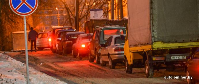 Новогодняя традиция: перед станциями техосмотра выстроились автомобильные очереди