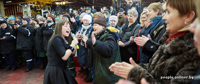 Фотофакт: МТЗ устроил новогодний концерт прямо в сборочном цеху