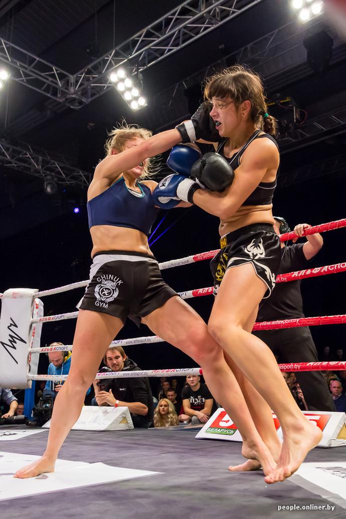 Видео красивые девушки избивают друг друга на ринге фото 465-257