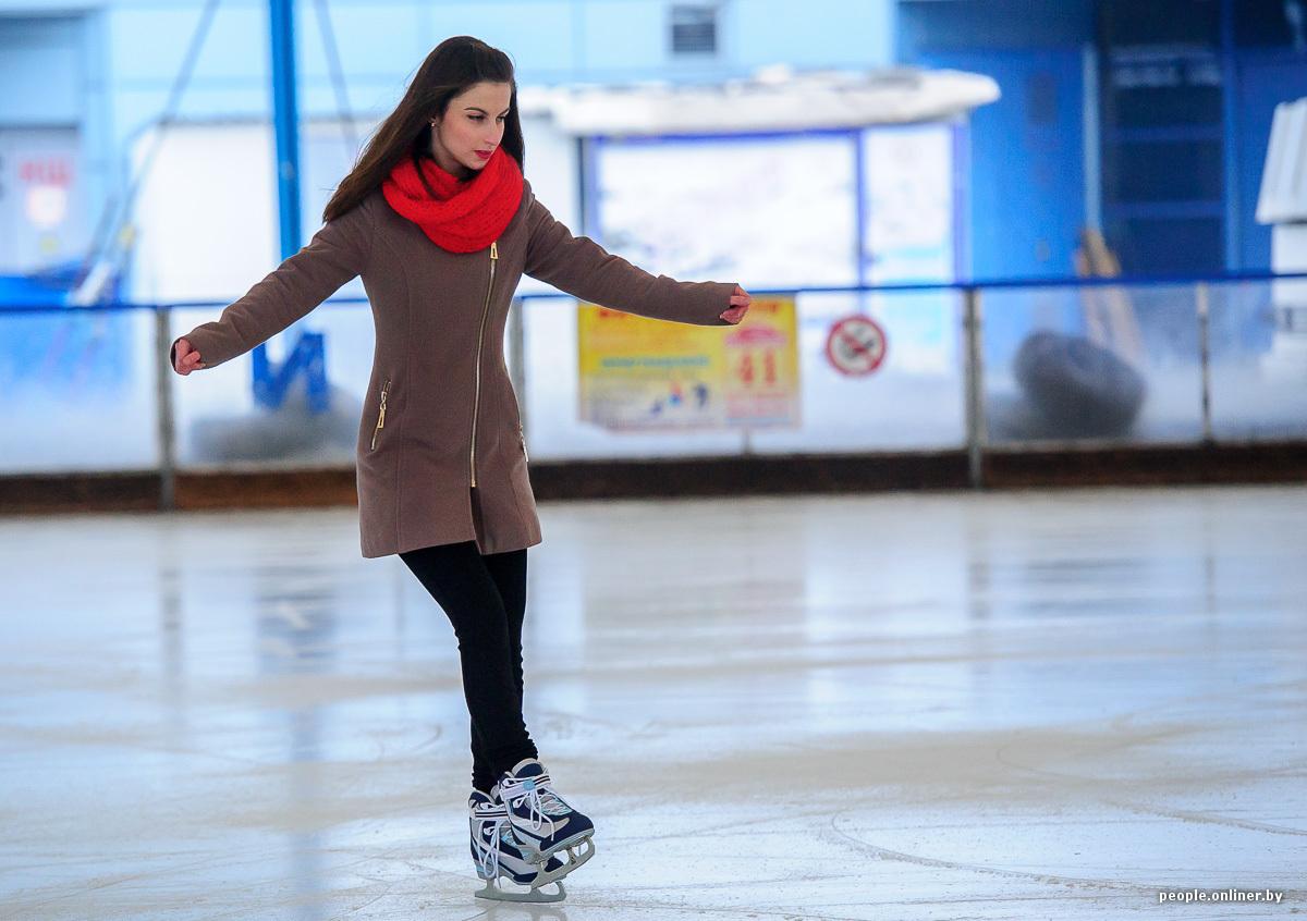 Девушка на коньках со спины