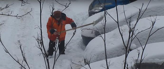 Минск: дворник сбрасывала снег из-под машин на сами автомобили