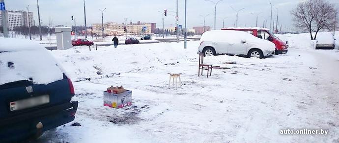 Фотофакт: жители Минска «бронируют» себе парковочные места с помощью подручных средств