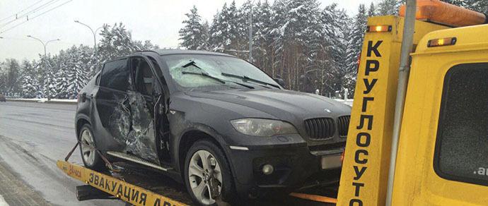 На столичном проспекте BMW X6 врезался в троллейбус. Перед ударом водитель пытался опередить поток