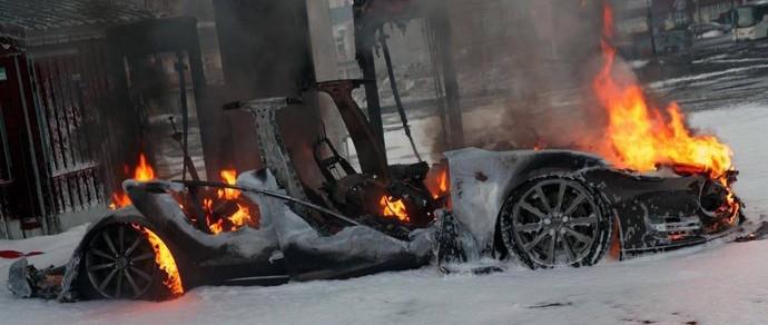 В Норвегии Tesla Model S полностью сгорела на быстрой «заправке»