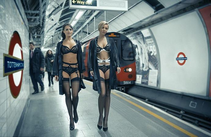 Девушка с большой попой едет в метро фото 741-987