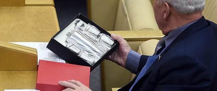 Правительство обязало чиновников сообщать о получении подарков в течение трех дней