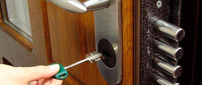 Минчанин: «Иностранец съехал с арендной квартиры, договор не расторгнуть, дверь под замком, ключей нет». Комментарий юриста