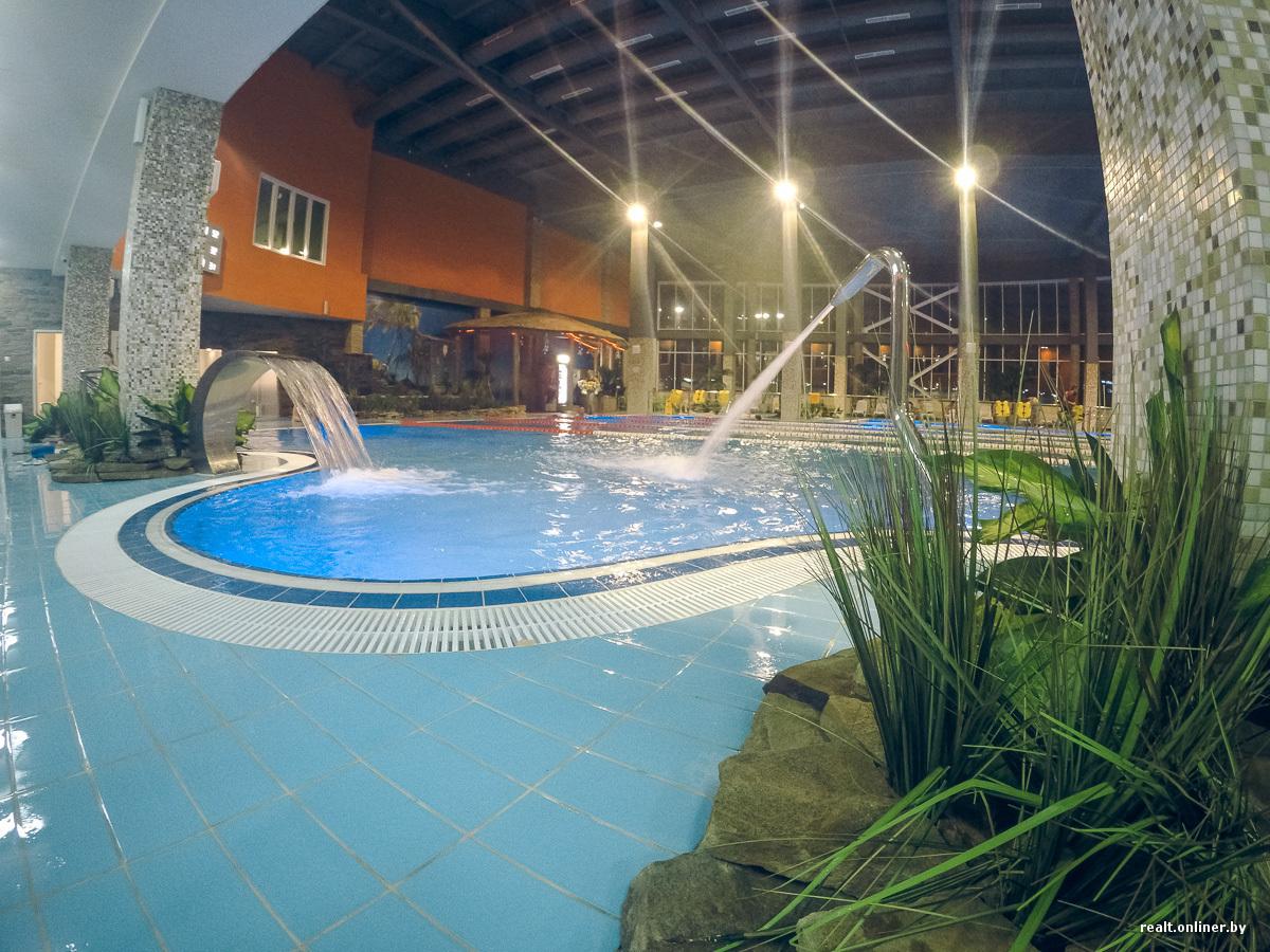 Парен одиноко отдохнул в бассейне видео фото 18-600