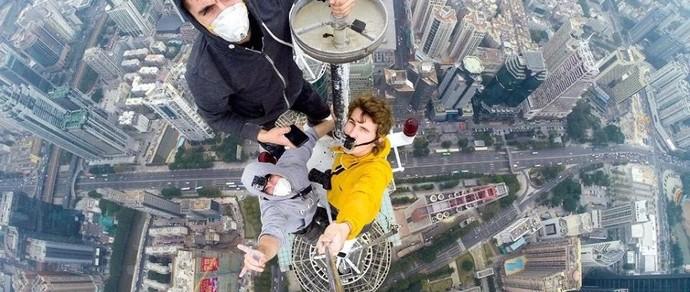 Российские экстремалы залезли на шпиль 384-метрового небоскреба в Китае
