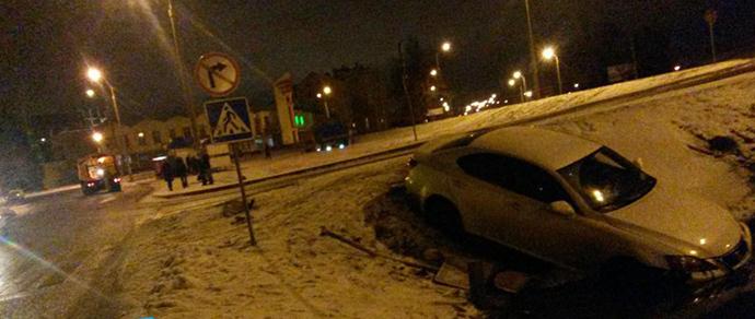 В Ждановичах девушка, вылетевшая на Lexus в кювет, стала бросаться на инспекторов