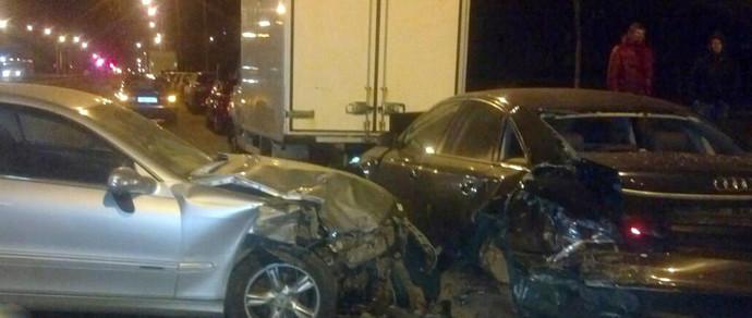 Водитель Mercedes CLK врезался в припаркованные авто, затем кому-то позвонил и скрылся на подъехавшей Audi
