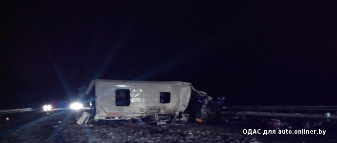 На трассе М3 столкнулись фура, рейсовый микроавтобус и легковушка. Погиб человек, еще восемь пострадали