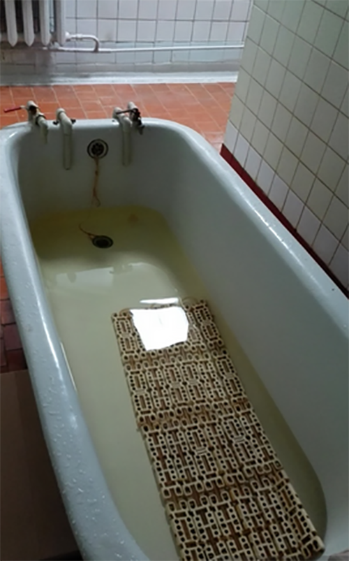 Обычном, жена закрывается в ванной зачем