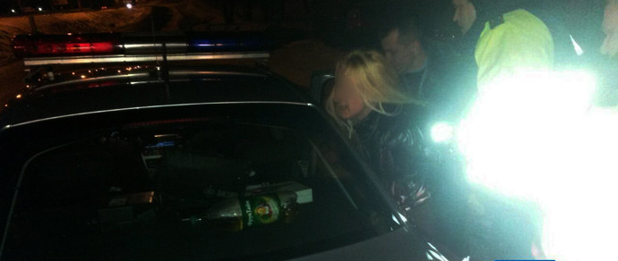 ГАИ о девушке, устроившей скандал в Ждановичах: «Отказывалась пройти в патрульную машину, ее пытались успокоить даже прохожие»