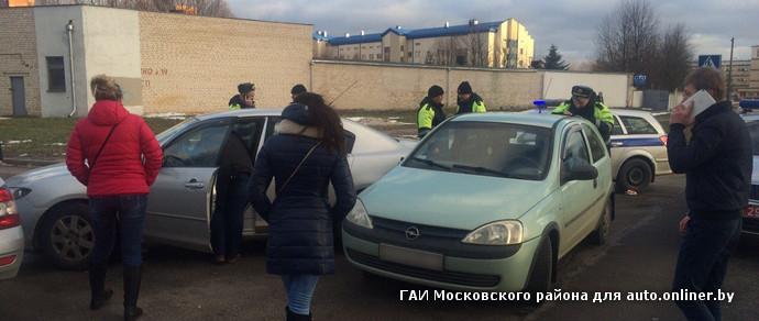 Водитель Mazda врезался в учебный автомобиль, а затем схватился за нож и порезал себе руки. Виновника аварии спасла ГАИ