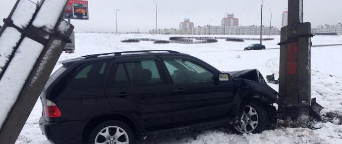 ГАИ: девушка на BMW X5 не справилась с управлением, съезжая с МКАД, и врезалась в столб