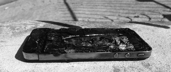В Британии из-за оставленного на зарядке iPhone 5 случился пожар в доме. Владелец телефона погиб