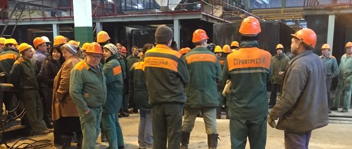 «У нас семьи. Как выжить на три миллиона?» Рабочие Минского домостроительного комбината на полчаса бросили работу и требовали повышения зарплат