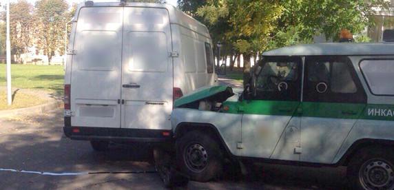 ДТП с инкассаторской машиной: от виновника аварии требуют расплатиться по страховому случаю из собственного кармана