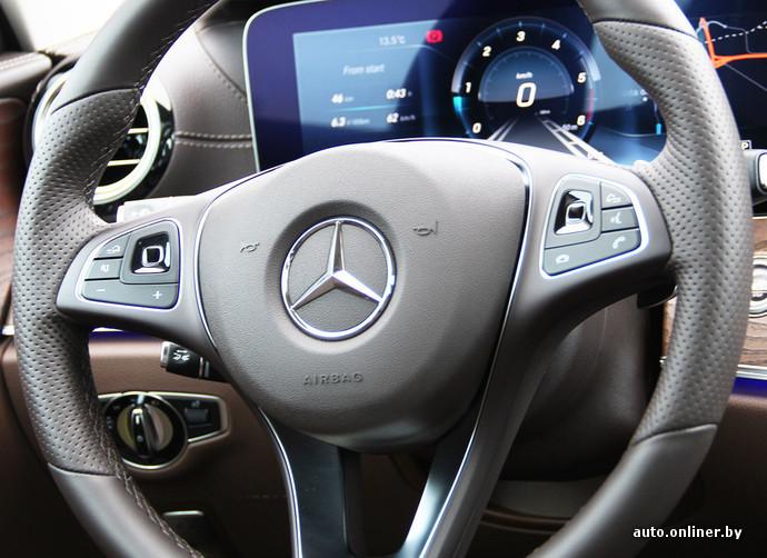 Mercedes E-Class стал первым автомобилем с сенсорными клавишами на руле. Левая отвечает за экран приборной панели, правая - за мультимедийную систему