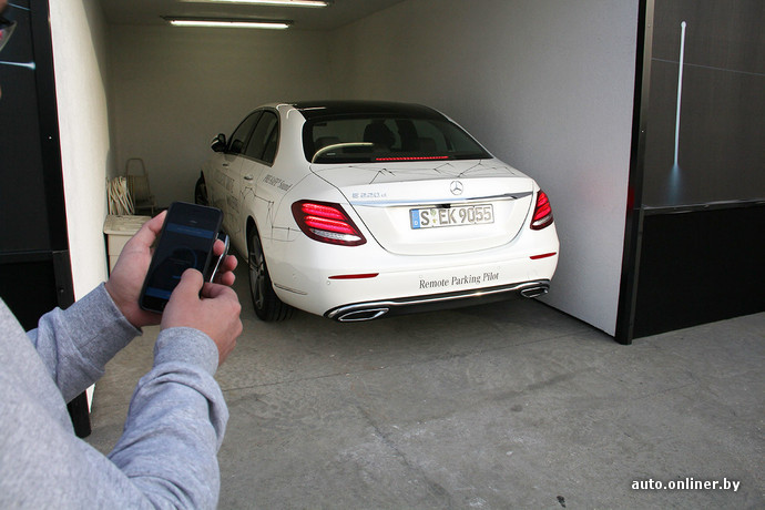 Дистанционно автомобилем можно управлять с помощью смартфона. Телефон выступает и в роли ключа к машине (для этого SIM-карту нужно активировать у дилера)