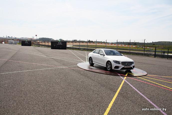 Полоски на асфальте - это направление и дальность действия различных радаров и датчиков, установленных по периметру кузова Mercedes E-Class. Таким образом, любая, даже мелкая авария, может поставить владельца на серьезные деньги